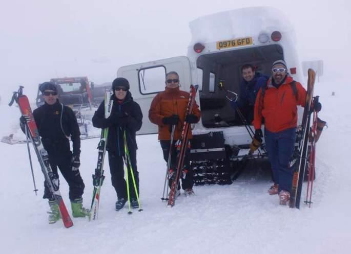 Los esquiadores llegan a la cima gracias a un vehículo oruga. CAMPOS -